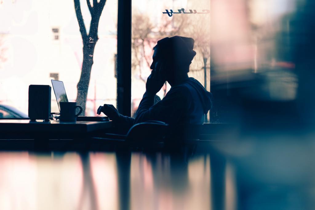 Freelancer met laptop in Bar